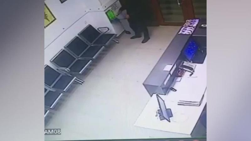 Это шапочка На видео попал парень, которого обескуражили бахилы - Видео - L!fe
