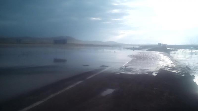 Перелив воды через трассу на Сорск