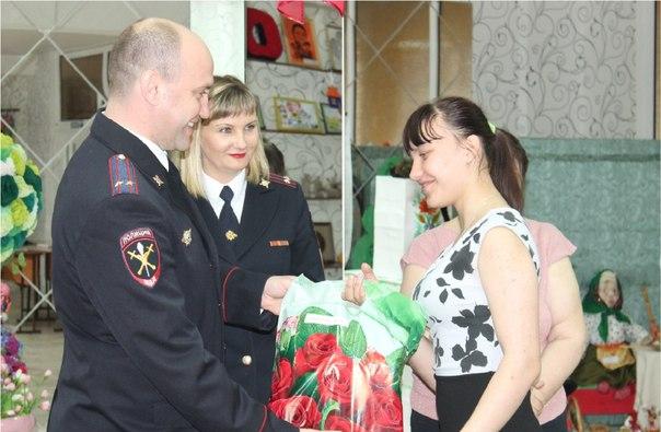 Полицейские Усть-Илимска поздравили воспитанников подшефного центра помощи семьи и детям