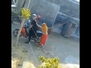Как сесть на мотоцикл?Видео прикол