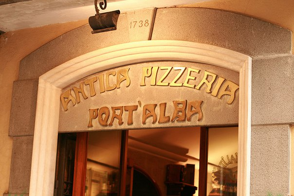 Первая известная пиццерия, Пиццерия-Antica, открылась в Неаполе (Италия) в 1738...