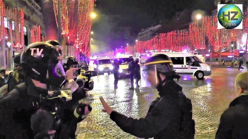 Un CRS jette une grenade lacrymogène sur des journalistes - Gilets jaunes /Champs-Élysées/22.12.2018