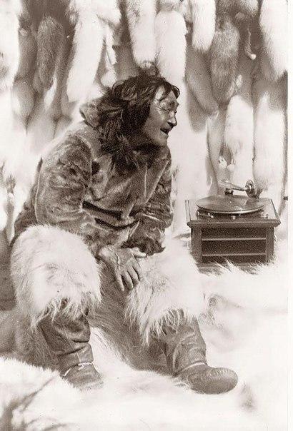 """Легендарный охотник-эскимос Нанук, герой фильма Роберта Флаэрти """"Нанук с Севера"""" слушает музыку на патефоне"""