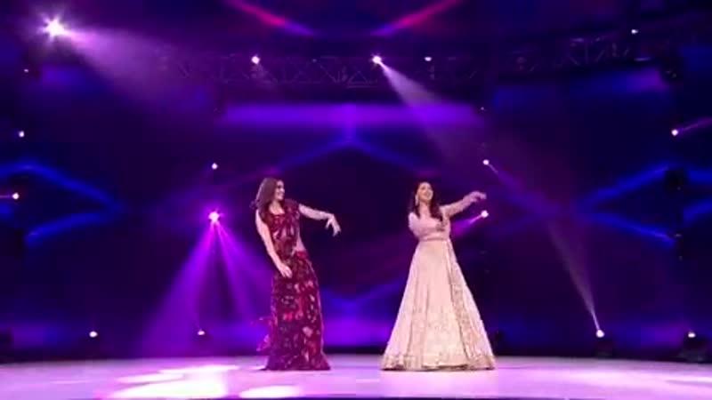 Мадхури Дикшит и Крити Санон танцуют на шоу Dance Deewane 2
