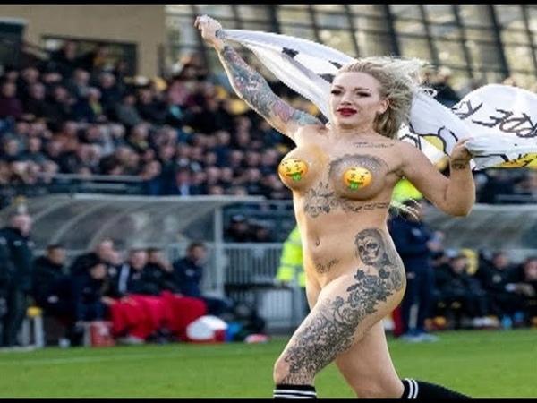 Обнаженная девушка выбежала на поле и приставала к футболистам