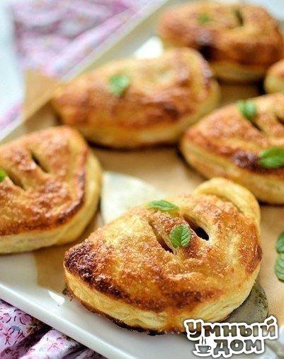 Французские кармашки с яблоками и изюмом Ингредиенты: слоеное тесто 4 яблока 50 г изюма 2 чайных ложки корицы яйцо сахар Приготовление: Замочите в кипятке изюм на 10 минут. Очистите и нарежьте яблоки. Смешайте их с корицей и изюмом. Поставьте вариться на 10-15 минут. Тесто раскатайте и нарежьте овалами. На одну половину выложите небольшую порцию начинки. Закройте и закрепите плотно края. Каждый кармашек смажьте взбитым яйцом и присыпьте сахаром. Сделайте пару надрезов сверху. Выложите все…