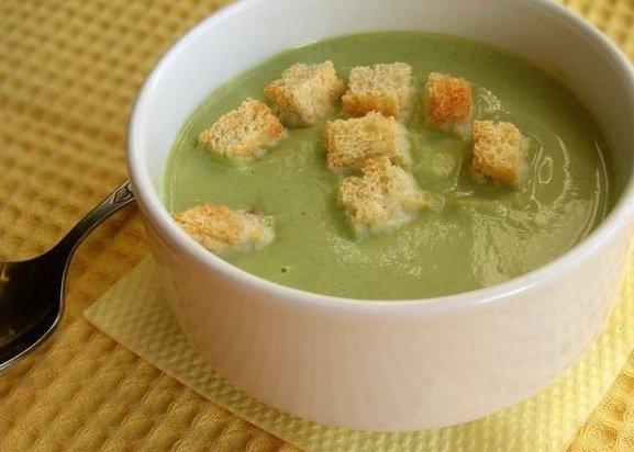 Суп-пюре из брокколи Что нужно: Брокколи замороженная 0,5 кг1 луковицаСливки 10% жирности 1 стаканВода или бульон 2 стаканаСоль и перец по вкусуБелый хлеб для сухариковЧто делать: * Лук