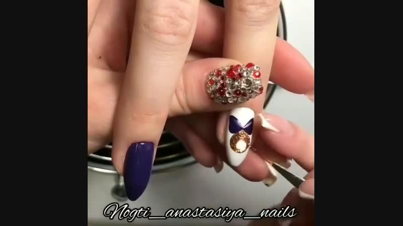 Елочный шарик на ногтях
