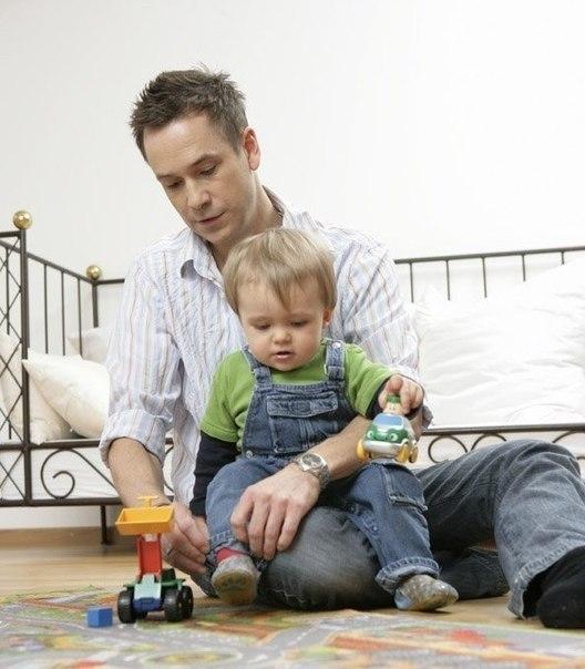 У сынишки есть все игрушки, о которых мечтал папа!