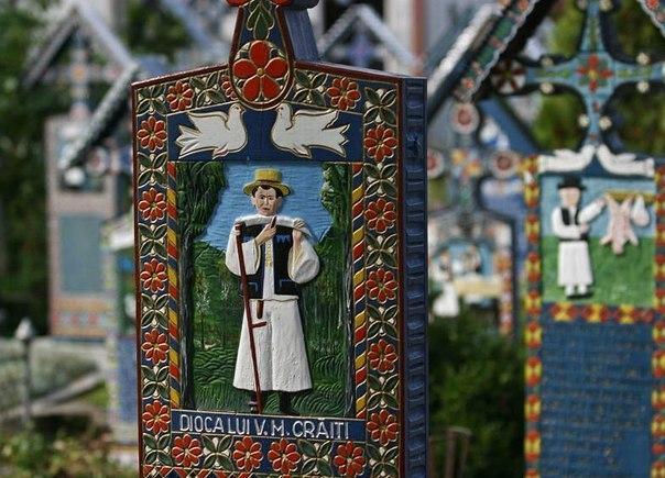 На крайнем северо-западе Румынии, буквально в двух километрах от границы с Закарпатской областью Украины, на берегу Тисы находится село Сэпынца, где люди научились воспринимать смерть с улыбкой.