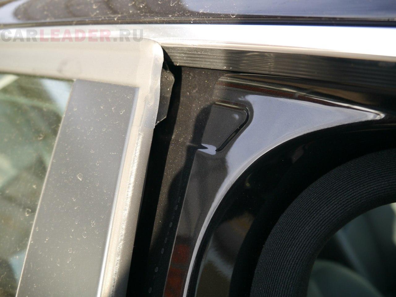 Наружний уплотнитель дверей спасает не только от влаги, но и от уличного шума и гама.