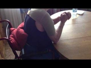 После инсульта. Сгибание локтевых суставах, сидя за столом