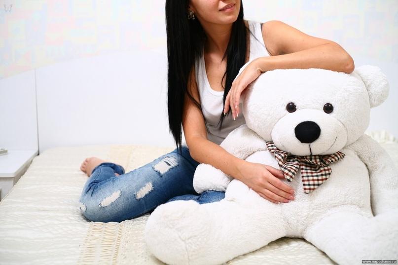 сделал фото девушек с мягкой игрушкой на диване неопытная девушка