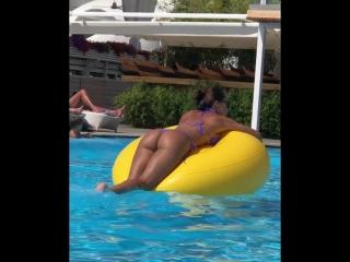Девушка плавает на круге в бассейне