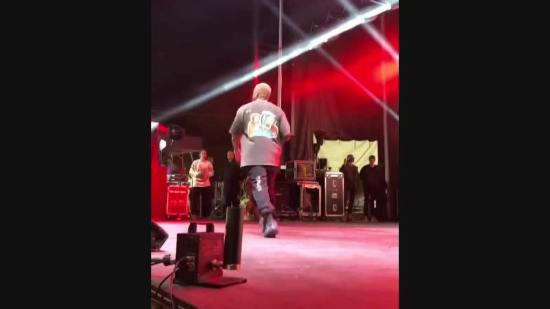 Kanye West исполняет свою часть в треке One Minute [NR]