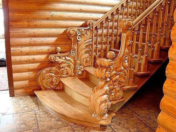 Резная лестница в деревянном доме