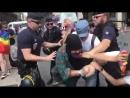 Interpellation musclée de manifestants gays qui ont recouvert la tête de la statue de la Jeanne d'Arc