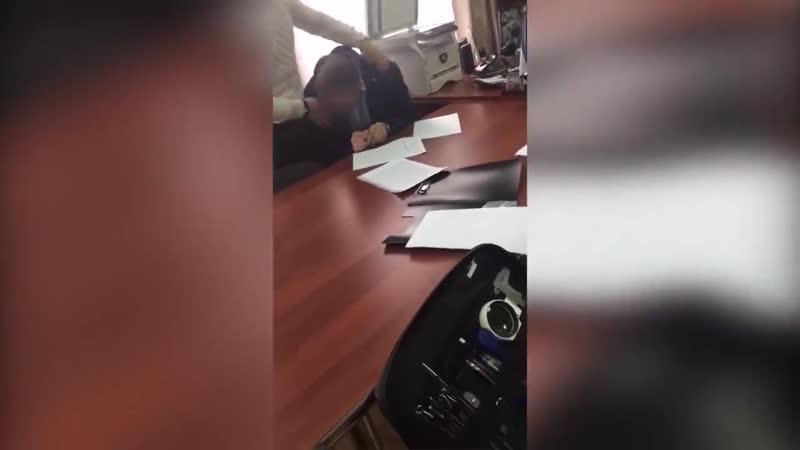 Чиновник симулирует что ему плохо после того как его оперативники взяли на взятке