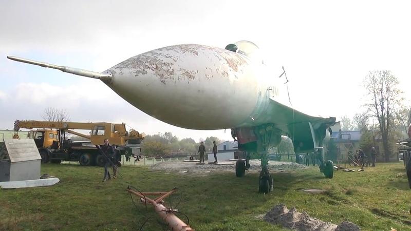 Истребитель-перехватчик СУ-27 пополнил музей военной техники в Пинске