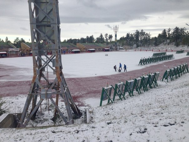 Снег на поле для стрельбы из лука во время соревнований