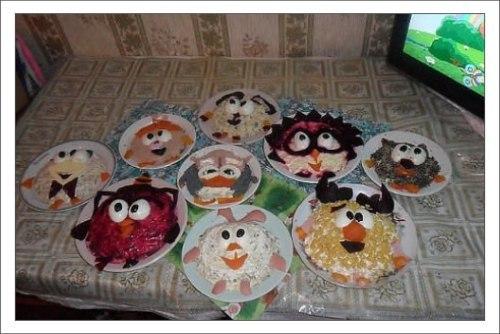 Папа приготовил дочке на день рождения стол из Смешариков, которых она очень любит.