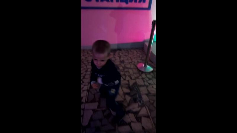 внук танцует на РОБОСТАНЦИИ на ВДНХ