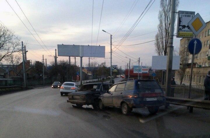 В Таганроге на Бакинском мосту столкнулись «ВАЗ-2106» и «ВАЗ-2111»