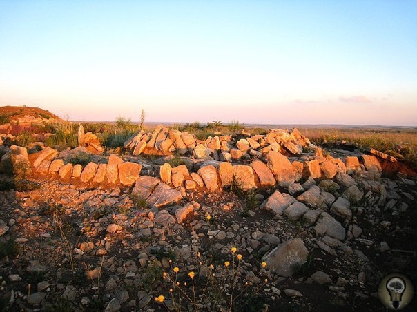 «Мергелева гряда» это древнее святилище. (Луганск, Украина) Внешне «Мергелева гряда» представляет собой целостный комплекс каменных и земляных сооружений (курганов, различных «дорог» и «лучей»,