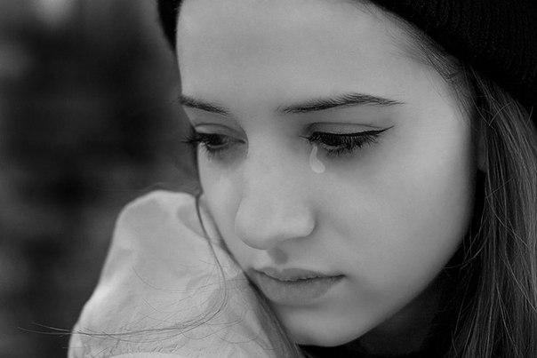 Девочка пришла домой вся в слезах. Мама спросила у нее в чем дело, но на это она закрыла дверь в комнату.