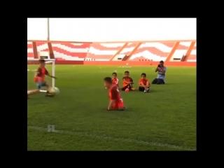 Марадона играет с 9-летним мальчиком из Казахстана, родившимся без ног