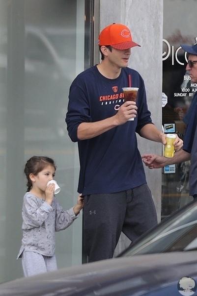 Мила Кунис и Эштон Катчер гуляют с детьми по Беверли-Хиллз