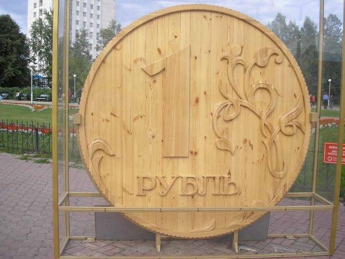 Рубль из дерева на пл. Новособорной, 2008—2014.