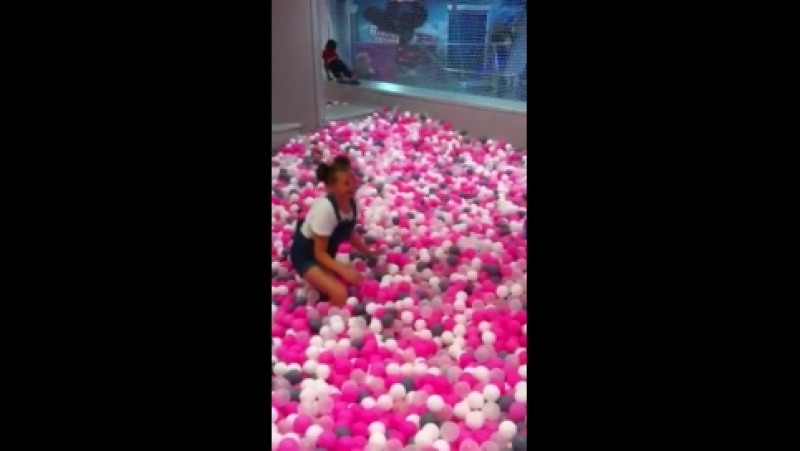 Полина в бассейне шариков