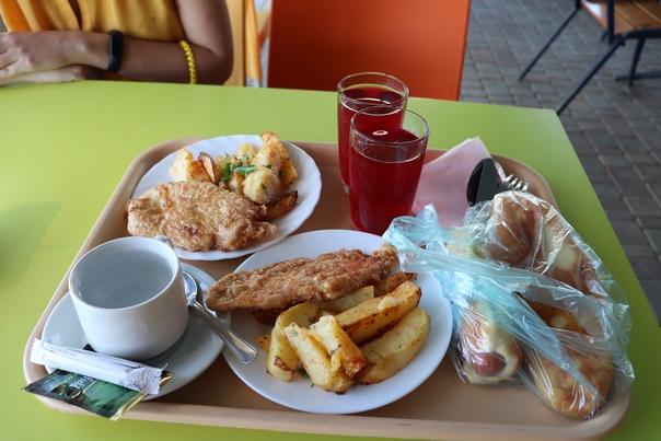 Первый завтрак (очень уж хотел кушать). Филе по запаху и вкусу напоминает рыбу, а не курицу. Вообще курицу надо покупать минимум в Севастополе. Здесь без мяса обходитесь.