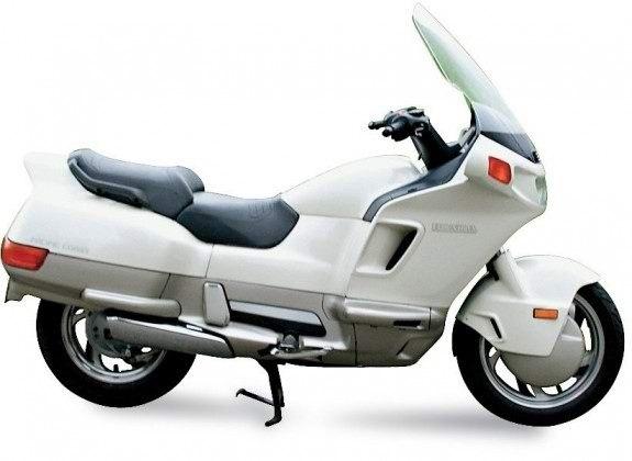Honda PC800 Pacific Coast настолько поразила публику, что ее окрестили «гипертрофированным скутером»