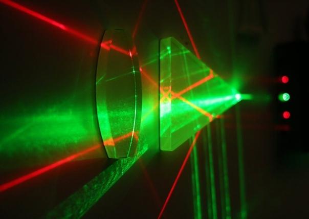 Ученые создали рекордный 10-петаваттный лазер, способный испарять материю В 2014-ом году издание ExtremeTech в попытке описать разрушительный потенциал лазера мощностью в 1 Петаватт использовало