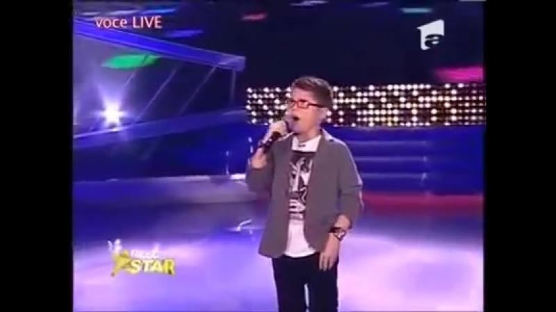10 летний парень поет песню Queen Show must go on