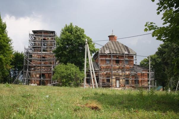 Торец Свято-духовского храма в деревне Моногарово. В десяти метрах покоится отец писателя Достоевского.