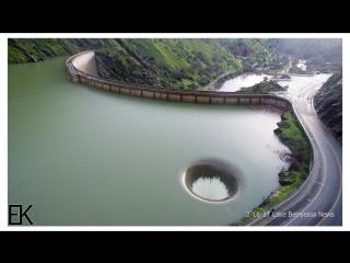 Слив из плотины выглядит, как черная дыра