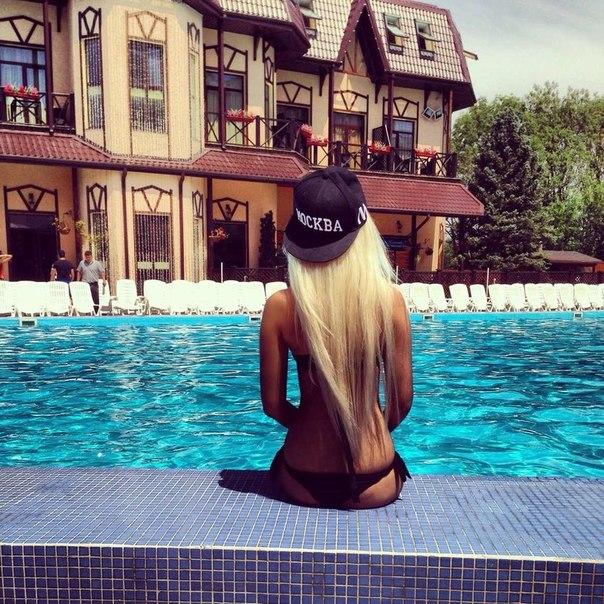 Порно кудрявой блондинки возле бассейна 85