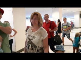 Трогательная бачата папы с дочей в аэропорту. Сальса каникулы:)