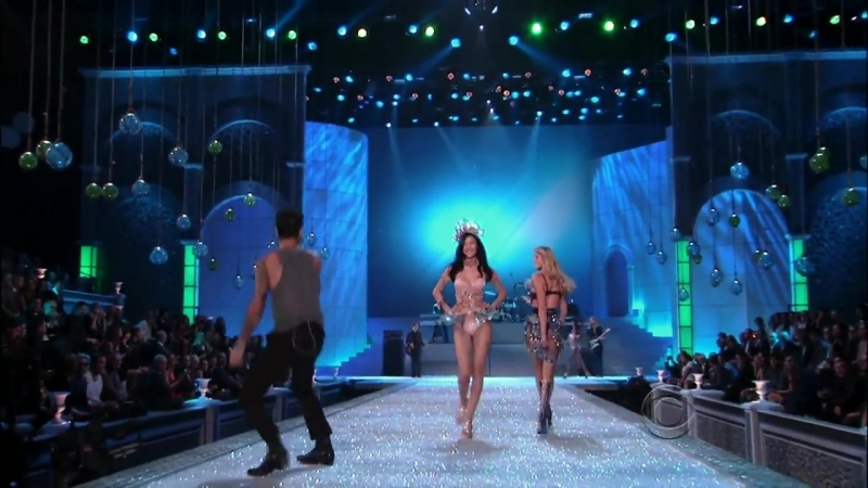 Maroon 5 ,HD,Moves Like Jagger ,live Victorias Secret Fashion Show 2011 ,HD 1080p.mp4