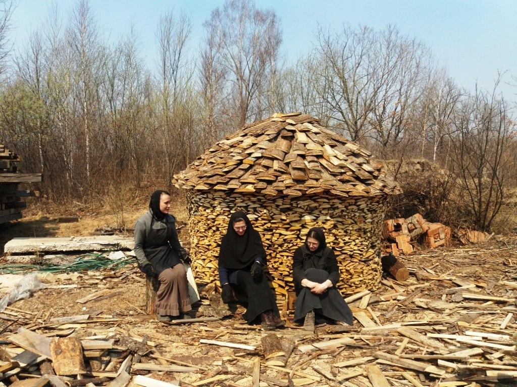 Процесс заготовки дров в монастыре
