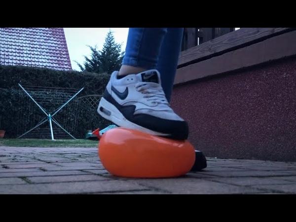Crushing balloons with my airmax outside / девушка в кроссовках лопает шарики на улице.
