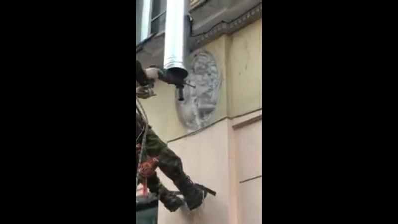 На Ропшинской улице в Питере рабочий просверлил дыру в барельефе ангела, устанавливая водосточную трубу Уже всем похеру