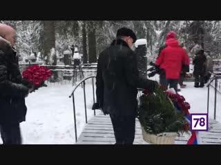 Александр Беглов возложил цветы на могилу Даниила Гранина