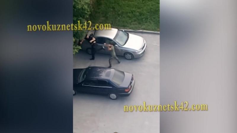 Пьяный мужик пинал чужую машину и отхватил люлей от владельца