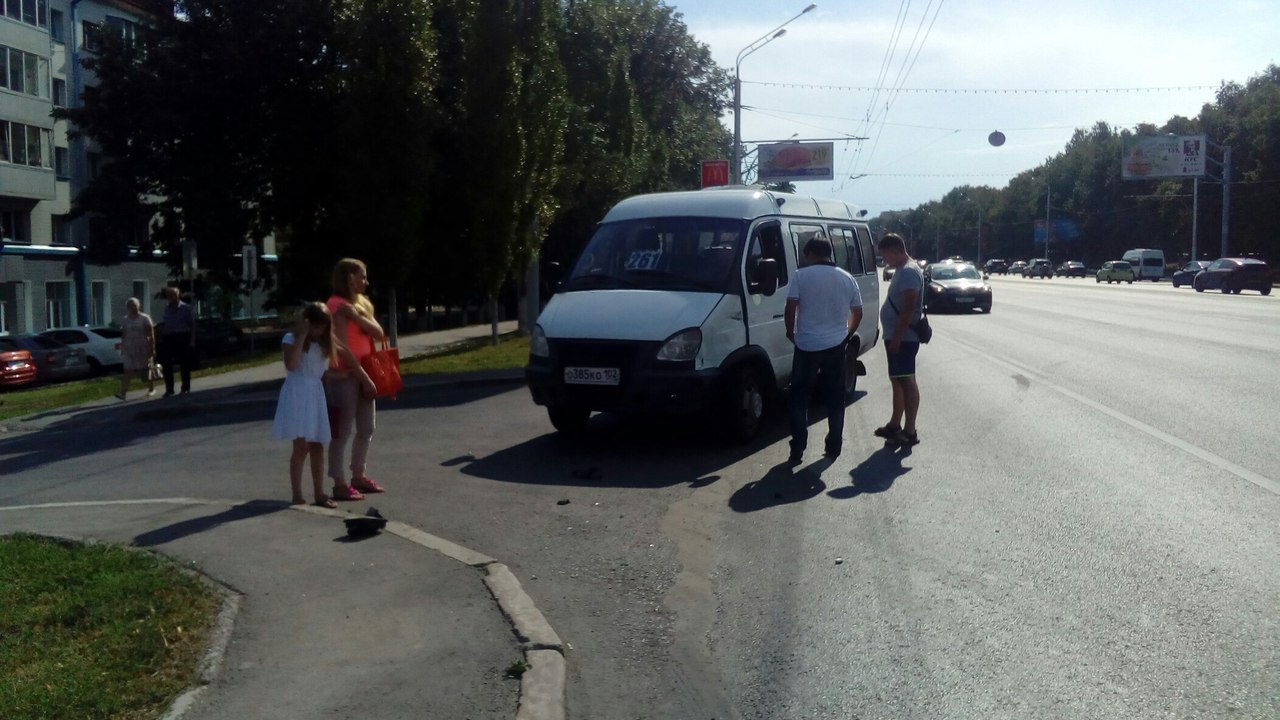 Фото: В Уфе легковушка врезалась в маршрутку