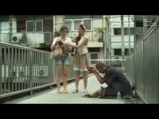 Girls and beggar touching video.Девушки и бедняк трогающее видео