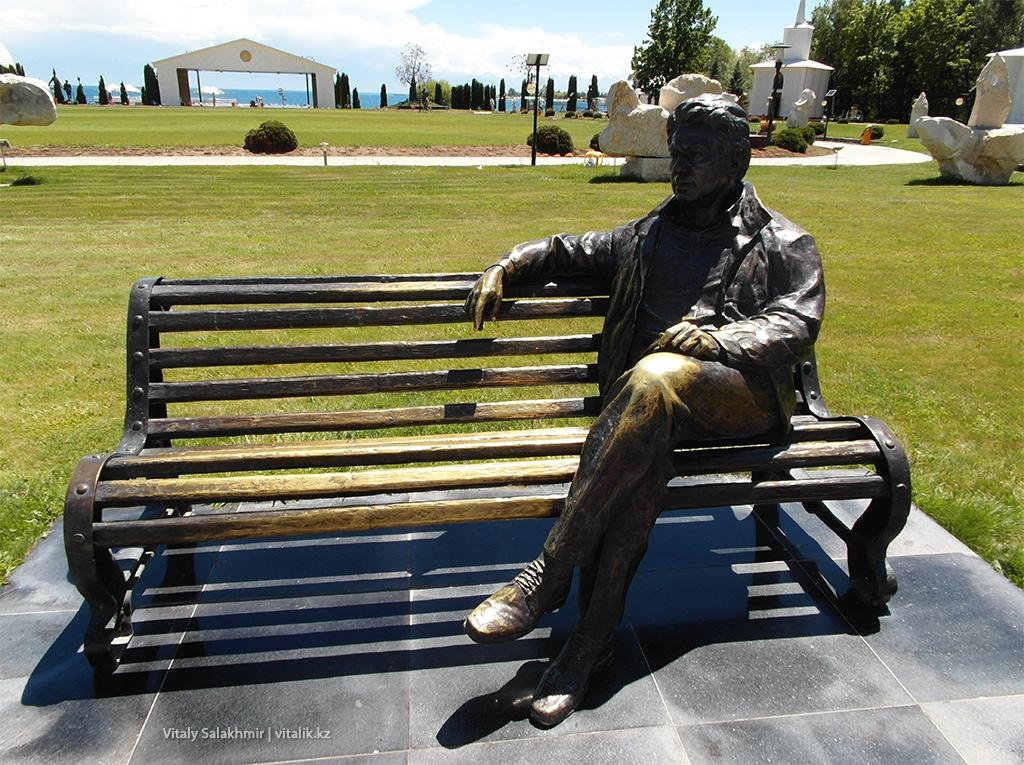 Скульптура Чингиза Айтматова в Рух Ордо